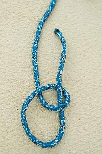Trä repet genom öglan.