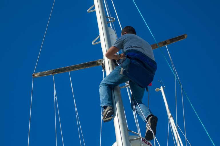 Person hänger i masten