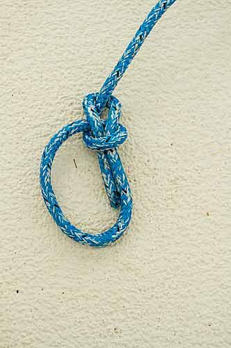 Ta runt repet och ned i öglan.
